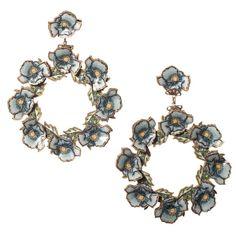 Pendientes flamenco en forma de aro realizado en esmalto veneciano con relieves en forma de pequeñas flores en color azul. Serie 'Gitanillas'.