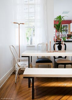 Sala de jantar mistura móveis industriais com cadeira antiguinhas que ganharam nova pintura.