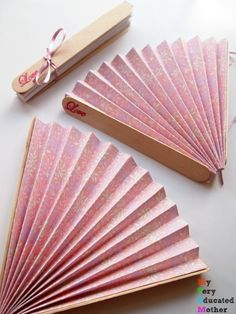 Beat the Heat: DIY Papierfächer Beat the Heat: DIY Paper Fans Hochzeitsbevorzugung Papier Fans Kids Crafts, Summer Crafts, Quick Crafts, Kids Diy, Diy Paper Fans Wedding, Diy Wedding Crafts, Japanese Paper Lanterns, Papier Diy, Diy Fan