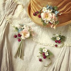 イメージ 1 Clay Flowers, Crochet Flowers, Silk Flowers, Paper Flowers, Rose Crafts, Music Crafts, Embroidery Bags, Flower Corsage, Fabric Roses