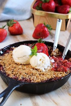 Super easy to make Strawberry Rhubarb Crisp recipe is the perfect dessert for summer! | @suburbansoapbox