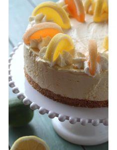 Jos olet juustokakkuaddikti, niin kannattaa vilkaista uutta MAKU-lehteä, siellä oli ainakin mangojuustokakku ja persikkainen versio. Tässä kuitenkin appelsiinijuustokakku, joka on mukavan raikas ja kun mukana on myös valkosuklaata, niin ihanan makea. Myönnän kyllä auliisti, että... Pie Recipes, Cheesecakes, Food And Drink, Baking, Sweet, Desserts, Barbie, Foods, Crafts
