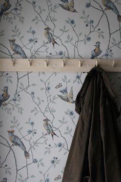 Love this wallpaper from Sandberg👌🏼 Hall Wallpaper, Blog Wallpaper, Interior Wallpaper, Painting Wallpaper, Pattern Wallpaper, Nursery Wallpaper, Baby Couch, Interior Decorating, Interior Design
