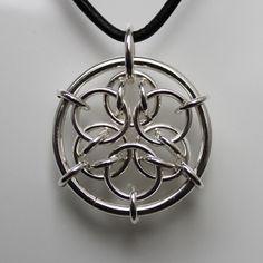 Anheng med stor ring av 2mm sølvtråd. Mønsteret inni ringen heter Acute Mandala. Sølv 925
