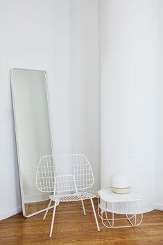 Der Lounge Chair der skandinavischen Marke Menu fasziniert mit seinem luftig-leichtem Design. Trotz des minimalistischen Materialeinsatzes überzeugt der Stuhl mit überraschend hohem Komfort. Hinter dem Drahtdesign des WM Lounge Chair steht das Designstudio WM aus Rotterdam. Die Gründer Wendy Legro und Maarten Collignon möchten nahtlose einfache Designs schaffen, die die Liebe widerspiegeln, die in sie und ihre Details gesteckt wurden - und das über viele Jahre. #connox #beunique
