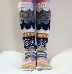 harmaata arkea: Syytän Game of Thronesia Wool Socks, Knitting Socks, Hand Knitting, Knitting Patterns, Marimekko Fabric, Winter Socks, Patterned Socks, Vintage Knitting, Crochet Yarn