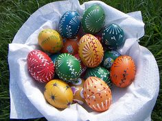 Today we're going to focus on incredibly detailed hand-painted eggs and miniature works of art known as Kraslice, the Czech word for Easter Egg. Throughout the Czech Republic, the beautiful Easter egg designs are elevated to a different level. Cool Alphabet Letters, Bing Bilder, Easter Egg Designs, Easter Ideas, Ukrainian Easter Eggs, Holiday Wallpaper, Easter Traditions, Coloring Easter Eggs, Egg Art