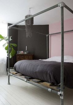 Bett selber bauen für ein individuelles Schlafzimmer-Design_diy bettgestell aus leitungsrohren