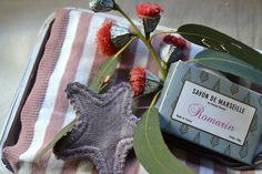La cesta de Olivia lleva una manta, un portachupetes en forma de estrella y una pastilla de jabón de Marsella.