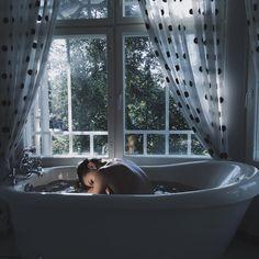 Paradise Sonho de consumo mergulhar em um banho de espuma. Sem hora para voltar a tona sem imaginar onde afogar tudo que me faz ficar uma bolha que certamente. . .  Explodirá fora da banheira.  ~SOlHOlME~
