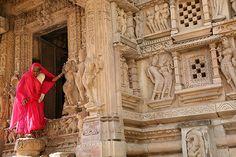 Uneasy exit. Khajuraho | Elle sort d'un des temples jain de … | Flickr
