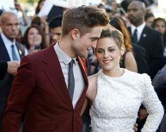 Los actores Robert Pattinson y Kristen Stewart posan abrazados en un premiere en Los Ángeles (© Reuters)
