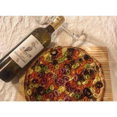 ⁃ 4 carottes ⁃ 1 aubergine ⁃ 2 courgettes ⁃ 2 tranches de jambon blanc ⁃ Une bonne cuillère à soupe de crème fraîche ⁃ Du fromage râpé ⁃ Une cuillère à café de moutarde à l'ancienne ⁃ De l'huile d'olive ⁃ Du sel & du poivre ⁃ 1 pâte feuilletée Quiches, Butcher Block Cutting Board, Wine Recipes, Food, Vegetable Tart, Grated Cheese, Carrots, Zucchini, Hay Bales