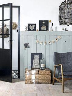 Hoe je ook van je hal een gezellig stukje huis maakt, lees je vandaag op Stijl Habitat! Hallway, cosy, grey, black, white, wood