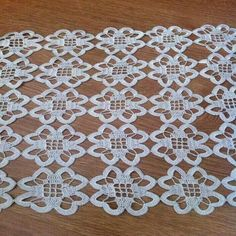 Best 12 Rust stone, decorated with four laps petals, in thin white cotton thread. To collect. Crochet Tablecloth Pattern, Crochet Motifs, Crochet Flower Patterns, Basic Crochet Stitches, Crochet Doilies, Irish Crochet, Knit Crochet, Crochet Table Runner, Cloth Flowers