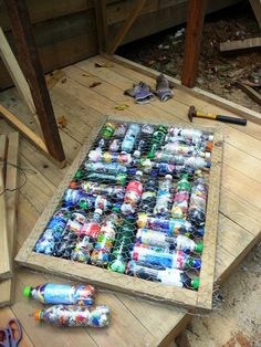a ready door: frame, chicken wire and bottles Plastic Bottle House, Plastic Bottle Crafts, Recycle Plastic Bottles, Recycled Art Projects, Recycled Crafts, Recycling Projects, Architecture Sketchbook, Eco Architecture, Bottle Wall
