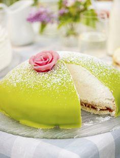 La Prinsesstårta ('tarta princesa') es una torta tradicional sueca consistente en capas alternas de bizcocho esponjoso, crema pastelera espesa y mermelada, cubiertas con una capa gruesa de mazapán. La cobertura de mazapán suele ser verde y estar espolvoreada con azúcar glas, decorándose a menudo con una rosa de mazapán roja.