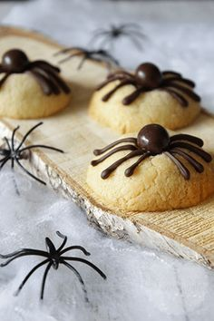 11 Healthy Halloween Treats That Are Scary Cute Halloween Desserts, Halloween Cupcakes, Halloween Treats, Halloween Spider, Dutch Recipes, Baking Recipes, Delicious Desserts, Yummy Food, Snacks Für Party