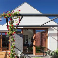 House in House assinada pelo escritório Steffen Welsch Architects é constituída por cinco construções independentes integradas por uma área de circulação central. Com diferentes pátios pontuando cada um dos volumes, a morada é contemplada com a entrada de luz e ventilação natural.
