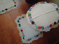 Doilies edged with yo-yo's Yo Yo Quilt, Crochet Fabric, Kanzashi, Doilies, Fabric Crafts, Crochet Necklace, Crafty, Quilts, Sewing