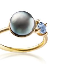 Tahiti pearl and a grey/blue spinel in a gold ring. Monday morning and a busy week awaits at the bench (another word for the working place for a precious metal-nerd) #gold #tahitipearl #spinel #jewellery #goldring #smykker #madeindenmark #løvschal #glmønt37