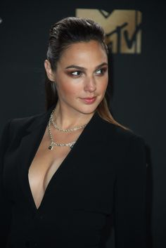Gal Gadot It's too much to look like so pretty like this. Beautiful Celebrities, Beautiful Actresses, Most Beautiful Women, Gal Gardot, Jenifer Aniston, Gal Gadot Wonder Woman, Actrices Hollywood, Jolie Photo, Hollywood Actresses