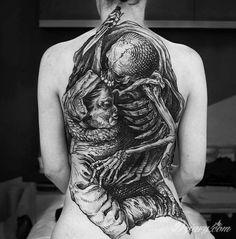 Ciekawy tatuaż na plecach. Autor: Frederico Rabelo