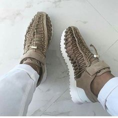 Shop from the best fashion sites and get inspiration from the latest suede nude sneakers. Sneaker Boots, Sneakers Mode, Suede Sneakers, Tenis Casual, Casual Shoes, Shoes Style, Zapatos Shoes, Shoes Heels, Moda Masculina