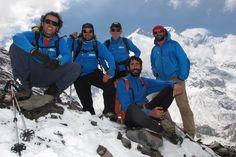 Carlos Soria y su equipo, fotografiados con la cumbre del Annapurna a la espalda, en las cercanías del campo base de la montaña nepalí.