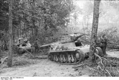Two French Hotchkiss tanks in a German Panzer unit Yugoslavia Many of these were pressed into service with the Wehrmacht after around 550 were captured after the fall of France Army Vehicles, Armored Vehicles, Diorama, Tank Armor, War Thunder, Tank Destroyer, Ww2 Photos, Ww2 Tanks, World Of Tanks