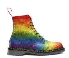 WEES TROTS OP JEZELF: Onze Rainbow Pride Pascal met 8 veterogen herinnert je eraan altijd jezelf te zijn – en dat alles draait om liefde. Deze special edition unisex laars met 8 veterogen is voorzien van een moderne, digitale print en heeft regenboogveters, de handgeschreven boodschap 'Pride' op de zool en een regenbooglogo op de inlegzool. De laars is gemaakt om lang mee te gaan en daarom is een van de beste vervaardigingsmethoden gebruikt: de Goodyear zoolrand – wat betekent dat he...