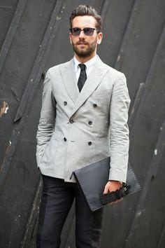 Acheter la tenue sur Lookastic: https://lookastic.fr/mode-homme/tenues/blazer-croise-chemise-de-ville-pantalon-de-costume/20941   — Chemise de ville imprimée cachemire blanche  — Cravate noir  — Blazer croisé gris  — Pochette en cuir noire  — Pantalon de costume noir