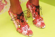 Sophia Webster via Style Bubble Flamingo Shoes, Flamingo Outfit, Pink Flamingos, Flamingo Art, Sophie Webster Shoes, Sophia Webster, Creative Shoes, Pink Bird, Fresh Shoes