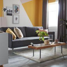 La couleur ne répond à aucune règle, alors pourquoi jouer la carte de la sécurité ? Nous avons vu grand pour la peinture de cette pièce. Plutôt que de s'en tenir aux quatre murs traditionnels, nous avons utilisé des formes angulaires dans deux tons de jaune et de rose pour essayer quelque chose de différent et créer une ambiance scandinave avec une touche rétro. #castorama #inspiration #decoration #ideedeco #tendancedeco #canapé #salon #peinture #jaune #GoodHome Outdoor Sofa, Outdoor Furniture, Outdoor Decor, Piece A Vivre, Decoration, Couch, Nice, Quelque Chose, Design