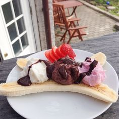Just had this amazing banana split aaah it was so good! Simply just a banana, vanilla-strawberry & chocolate casein pudding and wf choc sauce