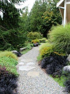 Gartenweg anlegen Kies Bodenbelag Ziergräser Steinplatten