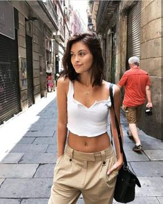 Explore the best Spring outfits for women in 2019 trends, ideas and inspirations and learn about the best Spring and summer outfits of 2019 here. Medium Hair Styles, Short Hair Styles, Short Hair Fashion Outfits, Street Style, Street Chic, Mode Outfits, Mode Inspiration, Spring Outfits, Hair Beauty
