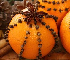 fragrant country christmas decoration - cloves in oranges - I did these as a child and they are so much fun and smell Christmas Morning, Little Christmas, Winter Christmas, Christmas Holidays, Merry Christmas, Christmas Crafts, Xmas, Christmas Oranges, Natural Christmas