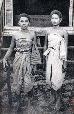 01 Mar Cambodia An informal portrait of two women in traditional Cambodian clothing Image by © National Geographic Society/Corbis © Corbis. All Rights Reserved. Old Pictures, Old Photos, Vintage Photos, Traditional Thai Clothing, Traditional Dresses, Phnom Penh, Bangkok, Cambodia Beaches, Khmer Empire