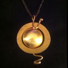 """"""" The Sun """"- colgante, aro de madera pintado a mano, laton y gran bola laminada en oro. El cordon es de malla de nylon elastico  color cobre."""