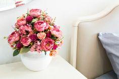 Dê um charme especial ao seu ambiente e economize dinheiro fazendo seu próprio arranjo de flores artificiais.