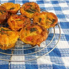 Deze hartige eiermuffins zijn een ideale lunch: heerlijk, maar koolhydraatarm! Dit heb je nodig (voor 6 à 7 muffins) 6 eieren 1 eetlepel olie 1 teentje knoflook snuifjekomijn 1/2 rode paprika (in stukjes gesneden) 1 kleine ui (in stukjes gesneden) handvol verse spinazie 2 theelepels tomatenpuree 100 gram gerookte zalm (in stukjes gesneden) Aan de … Continued