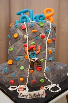 rock climbing how cool is this! We had two rock climbing parties for my son, I wish I had this cake. Fancy Cakes, Cute Cakes, Rock Climbing Cake, Climbing Wall, Fondant Cakes, Cupcake Cakes, Birthday Cake For Husband, 8th Birthday, Cake Birthday