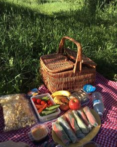 Bored of all the normal dates? How about a picnic to a calm park? Get your food basket and mat ready and enjoy this amazing and calm date Picnic Date Food, Picnic Time, Picnic Ideas, Picnic Parties, Picnic Recipes, Outdoor Parties, Dinner Parties, Beach Picnic Foods, Picnic Park