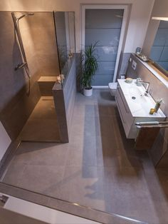 Traumbad mit Wanne Walk-in shower, large vanity unit, bathtub with shelves and niches. Wc Design, House Design, Hall Interior Design, Modern Shower, Vanity Units, Wet Rooms, Walk In Shower, Dream Bathrooms, House Rooms