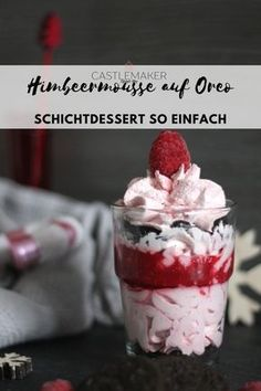 Light raspberry mousse with oreo layered dessert in a glass - Airy, relaxed raspberry mousse meets crunchy oreo and raspberry puree. The simple layered dessert n - Oreo Layer Dessert, Oreo Dessert Recipes, Thermomix Desserts, Trifle Desserts, Appetizer Recipes, Delicious Desserts, Layered Desserts, Mini Desserts, Desserts In A Glass