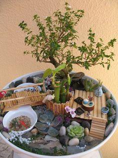 E, para quem não tem espaço suficiente para ter um jardim japonês grande e no chão, esta opção num vaso vai te trazer um pouco da satisfação que a decoração deste jardim geralmente nos traz. É uma versão mini onde você poderá utilizar Bonsai, plantas suculentas e muito mais detalhes que esteja ao seu alcance. Use sua imaginação e criatividade!