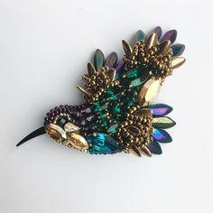 Колибри. Сваровски. Сделано на заказ. #handmade #jewelry #brooch #swarovski #girl #colibri #greenbirdme #bird #beauty #newyear #mywork #украшения #украшенияручнойработы #украшенияназаказ #заказ #девушки #красота #брошь #брошьручнойработы #птица #колибри #сваровски #мояработа