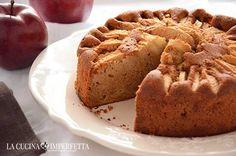 TORTA DI MELE AGLI ALBUMI  La torta di mele agli albumi è un modo alternativo e gustoso per riciclare gli albumi avanzati. E' una torta davvero soffice e lo zucchero di canna integrale secondo me la rende ancora più buona; se non lo avete o non vi piace potete sostituirlo con quello normale. Continua a leggere: http://www.lacucinaimperfetta.com/2015/12/torta-di-mele-agli-albumi.html  #lacucinaimperfetta #ricette #recipes #tortadimele #tarte #mele