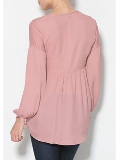 A blouse of romantic airs that you can combine infinitely with all your clothes to get looks ultra feminine. Hijab Dress, Hijab Outfit, Islamic Fashion, Sweet Dress, Casual Chic, Chiffon Tops, Designer Dresses, Womens Fashion, Fashion Trends